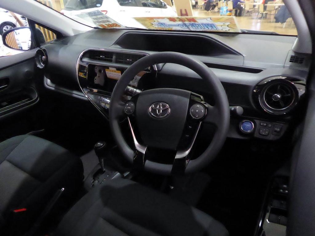 Toyota_AQUA_interior